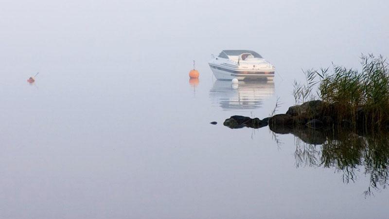 In i dimman med fritidsbåt? Sjö- och flygräddningscentralens tips för säkrare båtfärd i dålig sikt