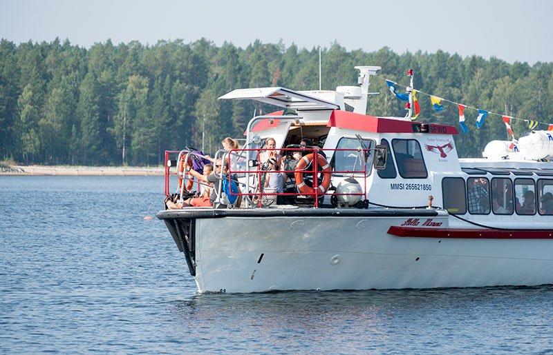 Turbåt på väg till Klubbviken
