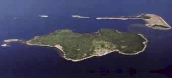 Jävreholmen, med Storsanden till vänster och Rövarviken till höger på den hitre sidan. På den bortre sidan ses Tjulviken och på avstånd Sandskär. Foto: Piteå kommun.